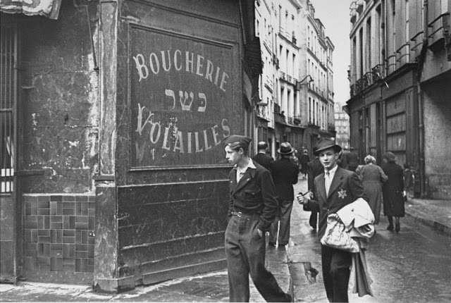 Photo d'un homme juif portant l'étoile jaune rue des Rosiers au Pletzl Jewpop