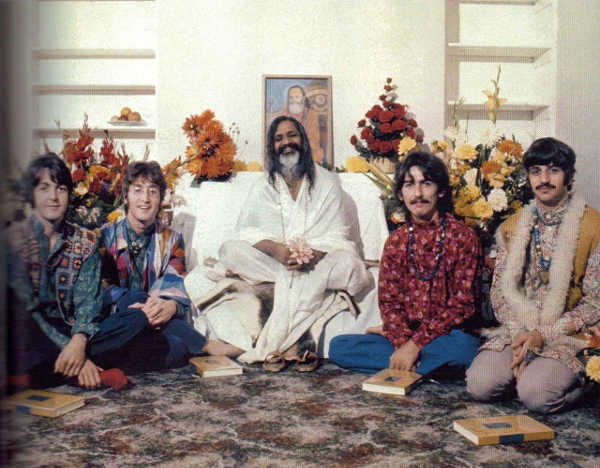 Photo des Beatles avec le yogi Mahirishi Jewpop