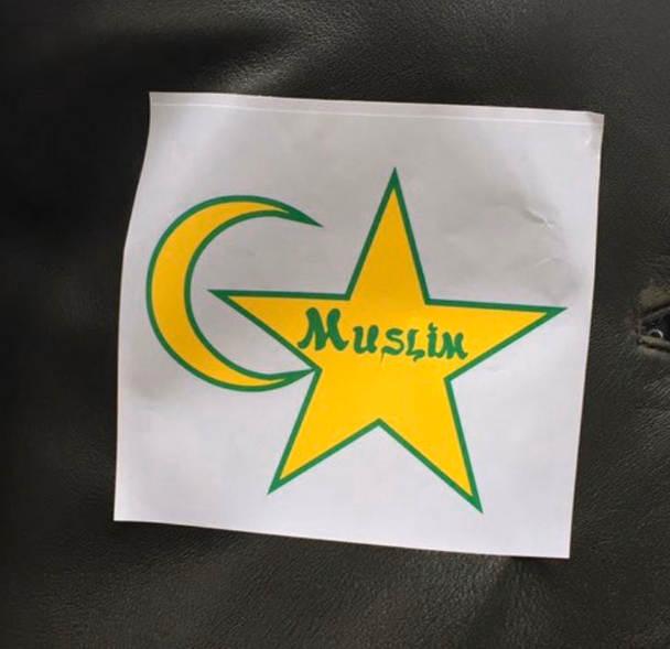 """Photo représentant une étoile jaune figurant le mot """"muslim"""" marche contre islamophobie Jewpop"""