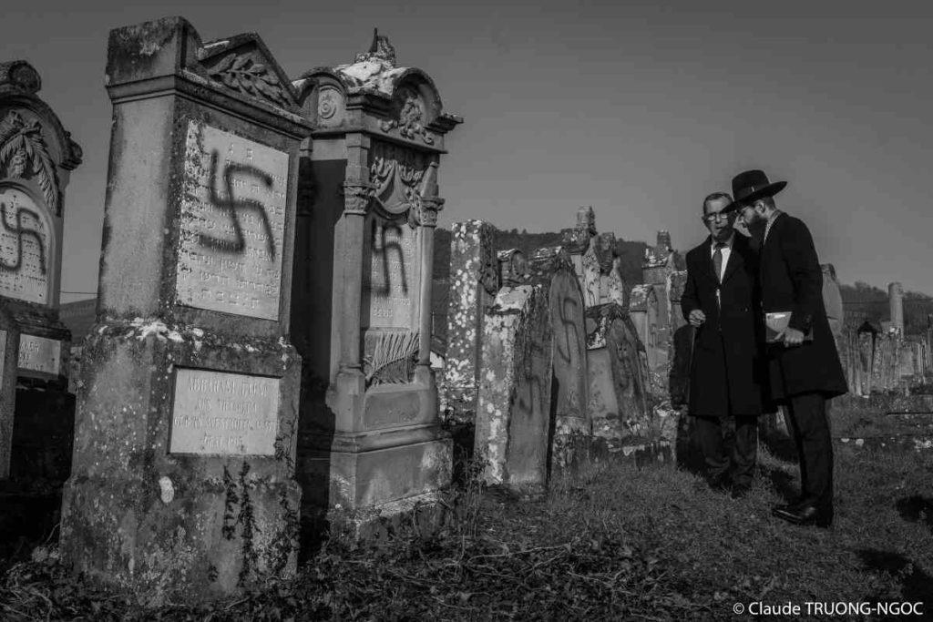 Photo du grand rabbin de Strasbourg au cimetière de Westhoffen vandalisé Jewpop