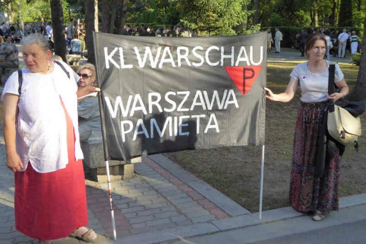 Photo de deux femmes tenant une banderole camp polonais Varsovie Jewpop
