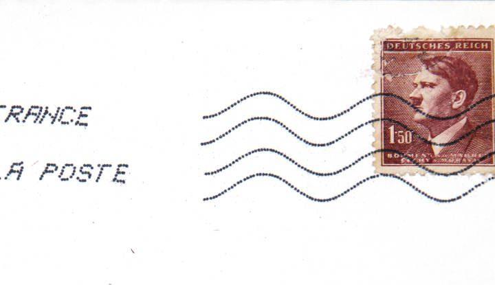 Photo d'une enveloppe figurant un timbre à l'effigie de Hitler avec le cahet de La Poste Jewpop