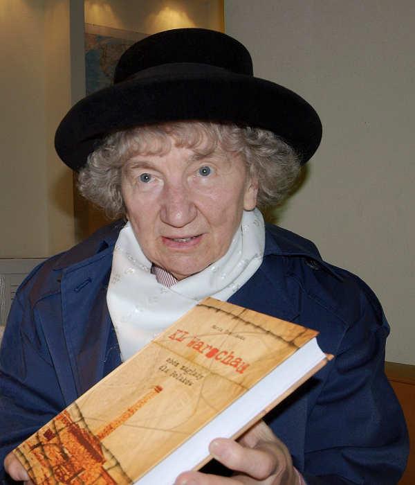 Photo de la juge polonaise Maria Tzzcinska présentant son livre KL Warshaw Jewpop