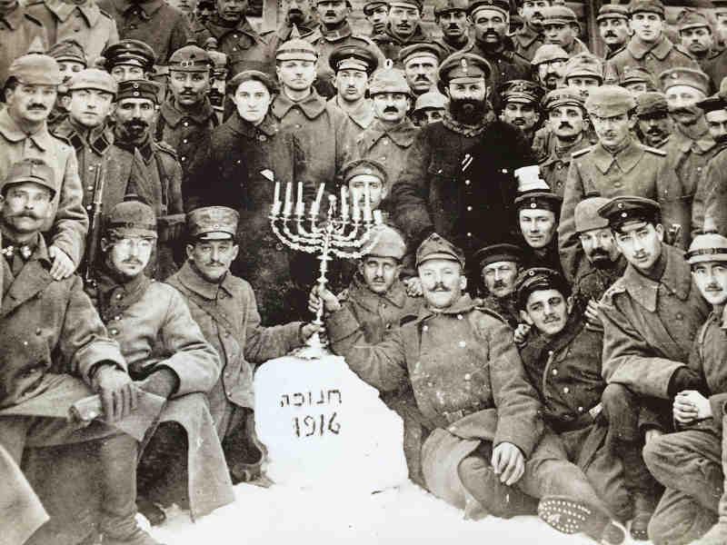 Photo représentant des soldats juifs allemands fêtant Hanouka pendant la première guerre mondiale Jewpop