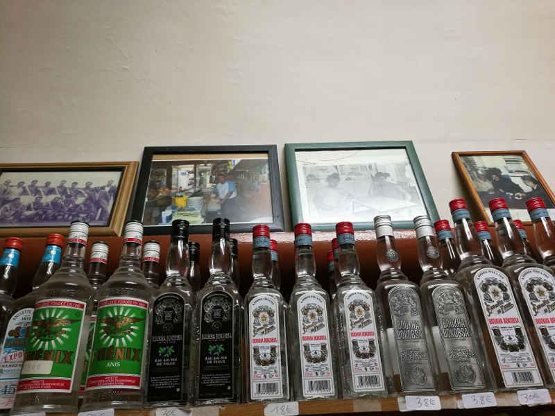 Photo de bouteilles de boukha chez Bob de Tunis Jewpop