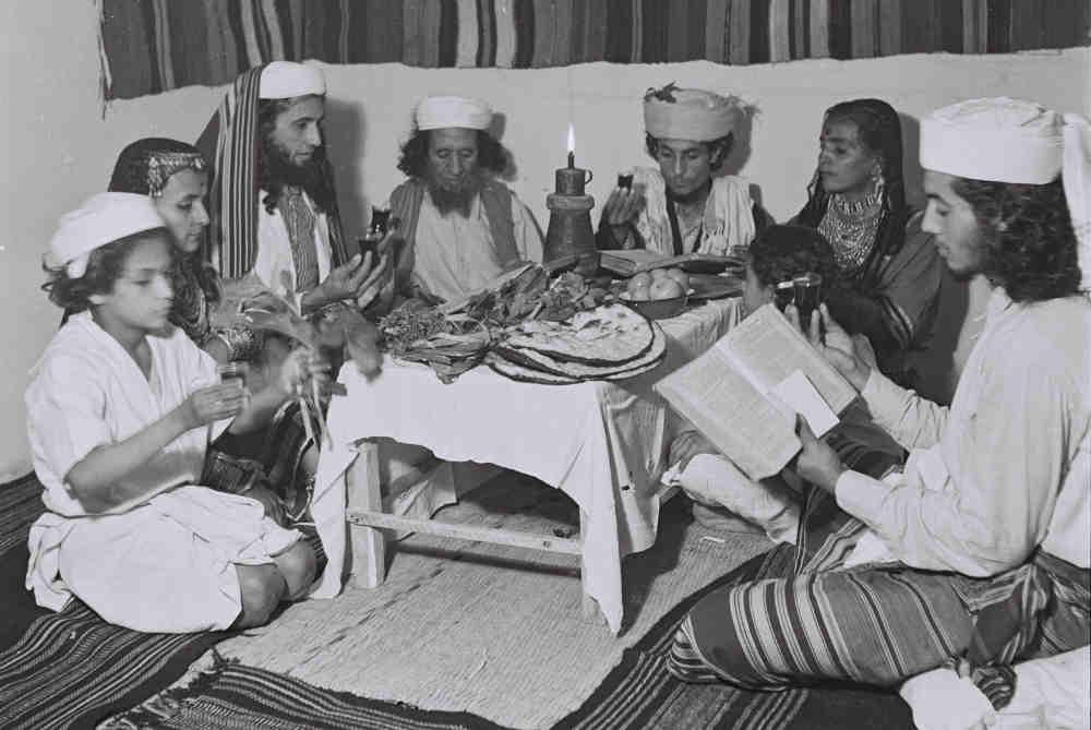 Photo d'une famille yéménite célébrant le seder de Pessah à Tel-Aviv Jewpop