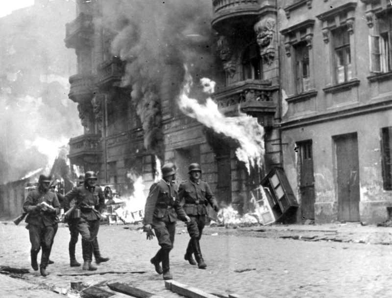 Photo de soldats allemands dans le ghetto de Varsovie pendant l'insurrection Jewpop