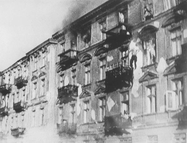 Photo d'un insurgé du ghetto de Varsovie se jetant d'un immeuble en flammes Jewpop