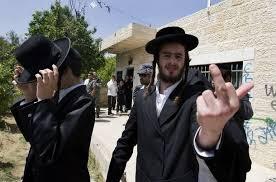 Photo d'un haredi faisant un doigt d'honneur Jewpop