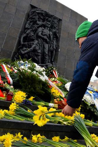 Dépôt de jonquilles monument aux héros de l'insurrection de Varsovie Jewpop