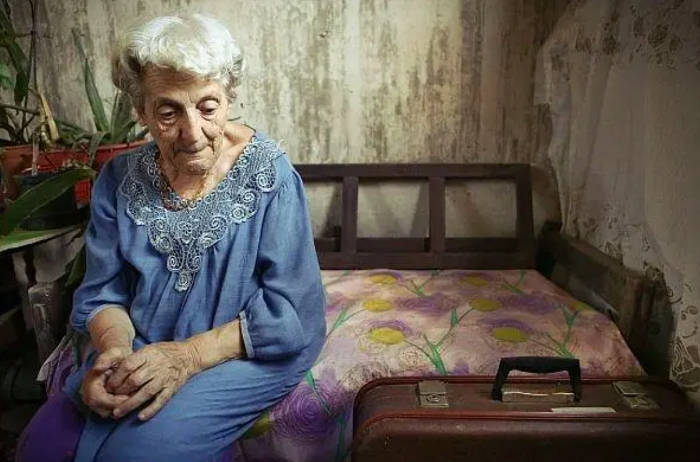 Photo de Asia Komisarov, rescapée de la Shoah, dans son appartement en Israël Jewpop