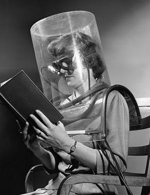 Femme lisant un livre avec un masque Jewpop