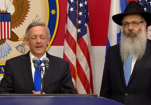 Le pasteur Robert Jeffress et le rabbin Zalman Wolowik priant lors de l'inauguration de l'ambassade américaine à Jérusalem Jewpop